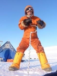 アイスキャンプにて、海氷のサンプルを採取するためにドリルで穴を空けている様子