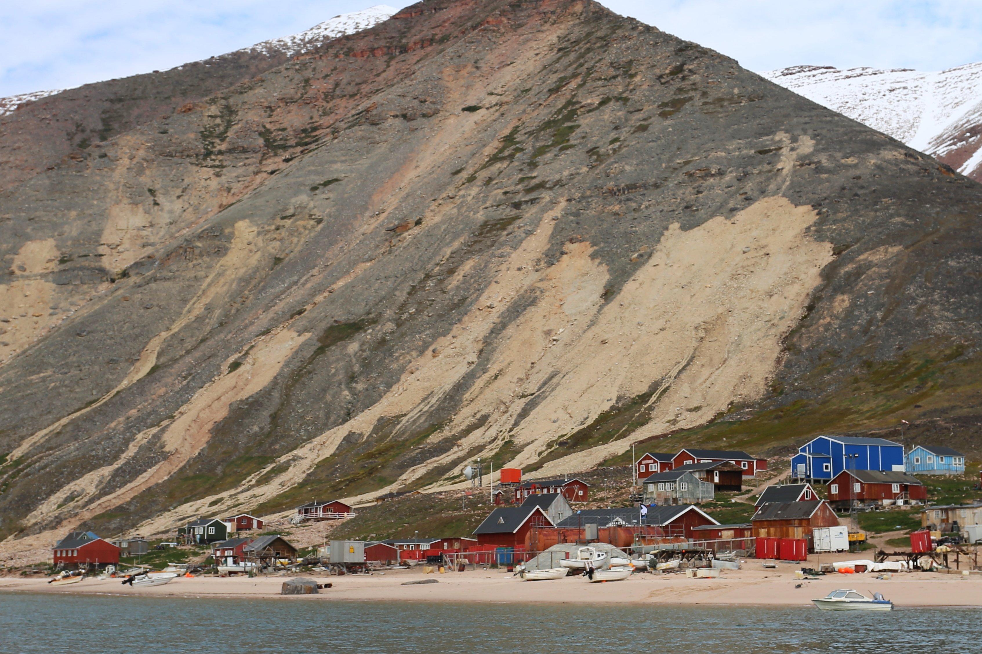 豪雨による地滑りに襲われたグリーンランド最北のシオラパルク村